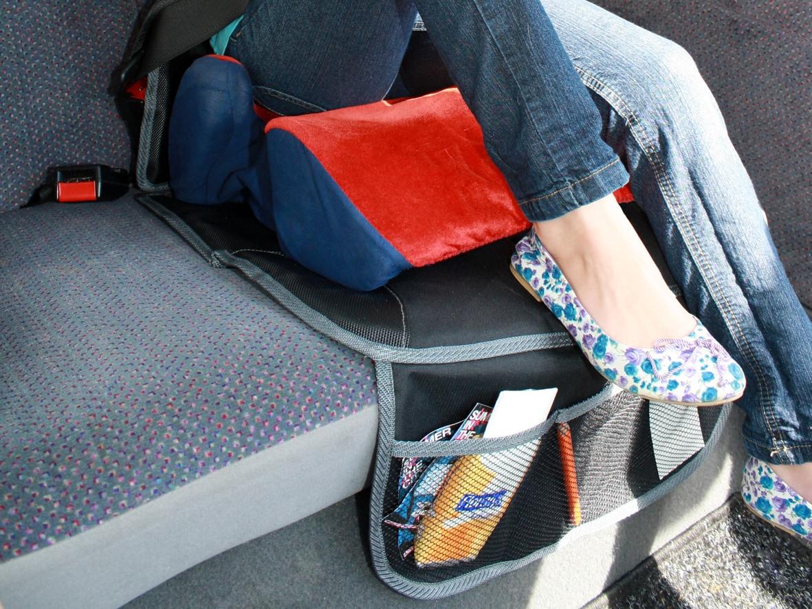 Eine Reisezubehör Tasche unter einem Kindersitz