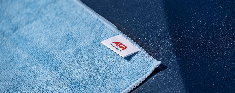 Ein blaues APA Autopflege Tuch