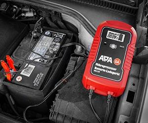 Ein Mikroprozessor Batterieladegerät ist an eine Autobatterie angeschlossen